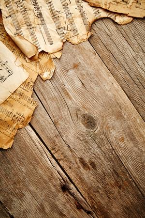 Weinlese-Musik-Blatt auf Holzuntergrund Standard-Bild - 37309790