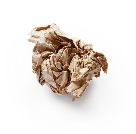 feuille froiss�e: Feuille de papier froiss� isol� sur fond blanc