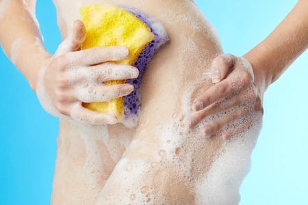 Mujer en el baño con brizna de la estopa en el fondo azul