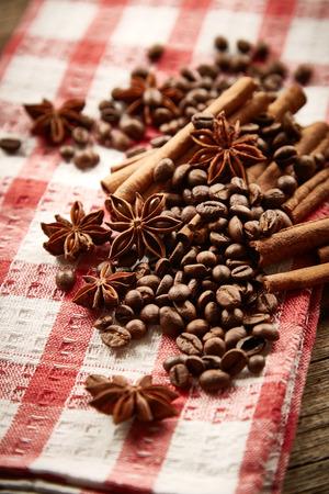 servilleta de papel: Los granos de café, canela y anís estrellado en la servilleta