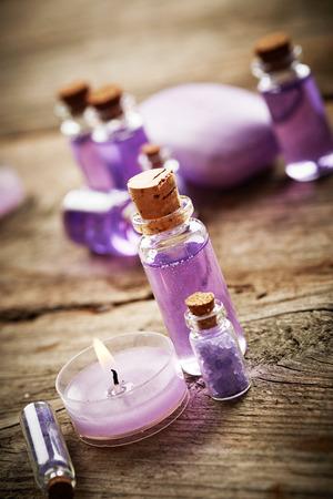 gel douche: Violet Spa still life avec du savon, gel douche et des bougies sur fond de bois