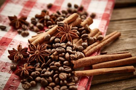servilleta de papel: Los granos de caf�, canela y an�s estrellado en la servilleta