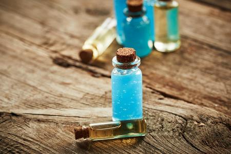 gel douche: Bouteilles avec gel douche bleue sur fond de bois Banque d'images