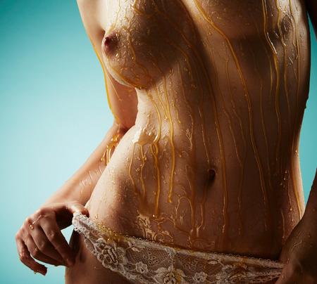 mojar: Hermosa mujer en ropa interior de encaje blanco sobre fondo azul Foto de archivo