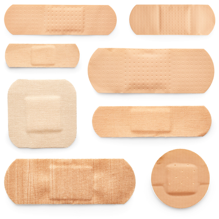 herida: Conjunto de esparadrapos aislados sobre fondo blanco