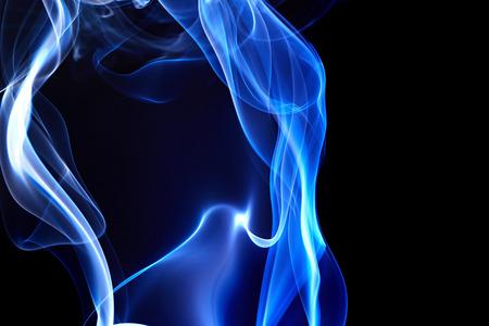 Fumée bleue sur fond noir Banque d'images - 52355162