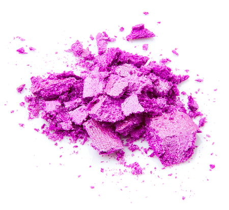 Schiacciato ombretto viola isolato su sfondo bianco