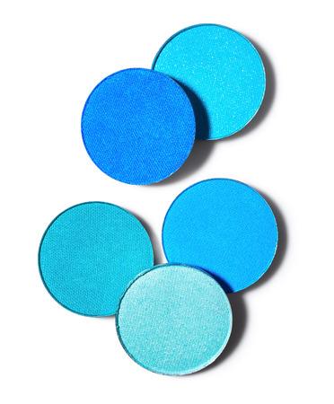 白い背景に分離された青いアイシャドウ