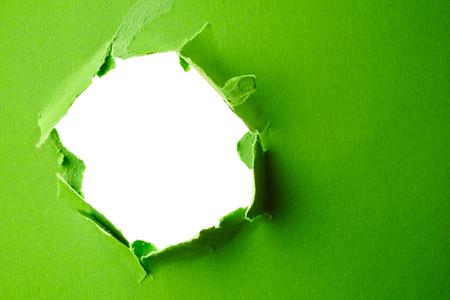 Maak een gat in het groenboek. Abstracte achtergrond