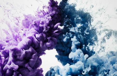 color in: gota de tinta de color en el agua
