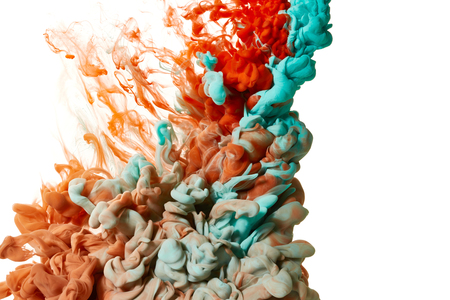 白い背景に分離された水の色ドロップ