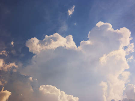 Big white clouds in blue sky Banque d'images - 152264099