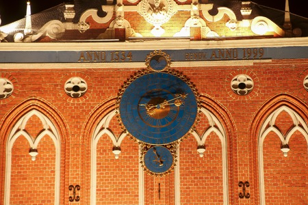 cronologia: Detalle del reloj astronómico en la casa de puntos negros, Riga, Letonia.