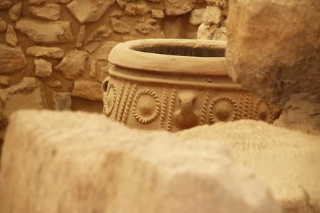 greek pot: vaso antico grande tra le rovine di Creta, in Grecia. Archivio Fotografico