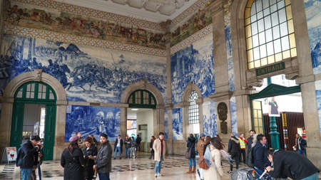 Porto, Portugal, circa 2018: Traditional Portuguese painted tiles azulejos depicting Portuguese history inside the Porto Train Station. 에디토리얼