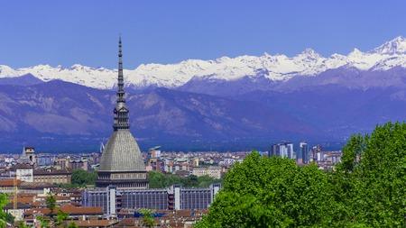 Turin Torino Luftzeitraffer-Skyline-Panorama mit Mole Antonelliana, Monte dei Cappuccini und den Alpen im Hintergrund. Italien, Piemont, Turin. Standard-Bild