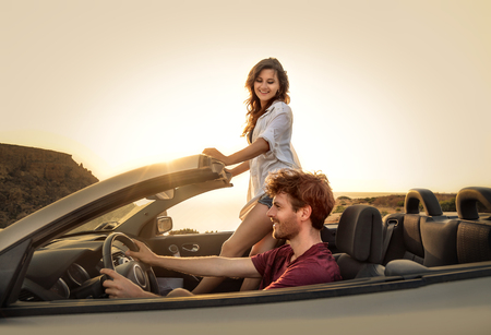 Traveler giovane coppia godersi la vita
