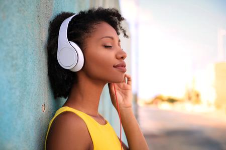 escuchar: música escucha de la chica bonita con sus auriculares Foto de archivo