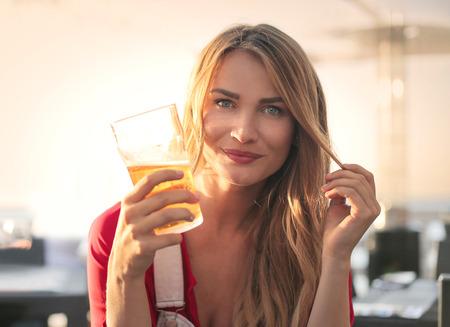 bebes lindos: Muchacha hermosa que bebe una cerveza