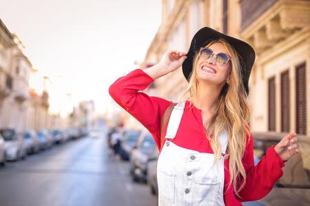 Femme heureuse rire dans la rue