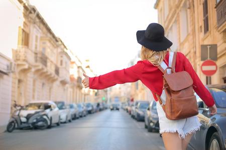 overol: Viajero haciendo el autostop en la calle Foto de archivo