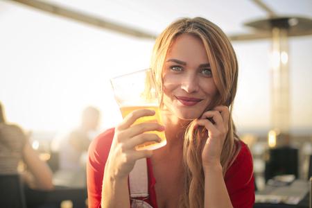 bebes lindos: Hermosa mujer rubia está bebiendo cerveza