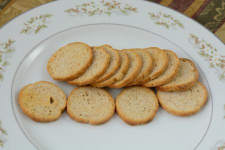 melba: Melba tostadas en plato blanco
