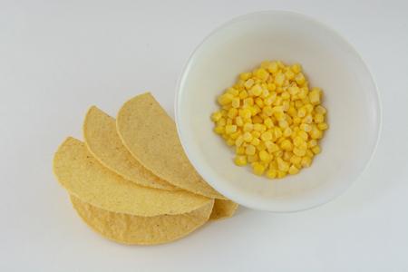 tortilla de maiz: Tortilla de maíz y tortillas para tacos de maíz en conserva en un recipiente blanco