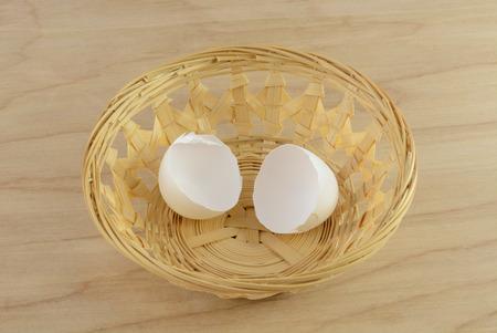 나무 위커 바구니에 깨진 된 달걀 껍질