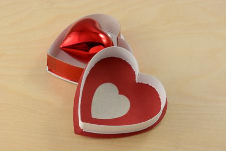 赤いハート形のオープンの心の中の飾りボックス