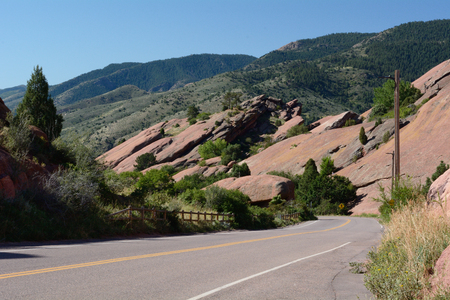 morrison: Landscape and road within Red Rocks Park in Colorado with view of Rocky Mountain foothills