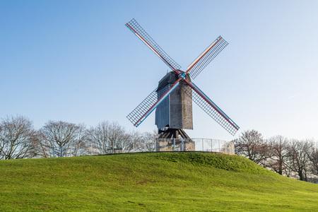 Moulin à vent de Bonne-Chiremolen lors d'une journée ensoleillée avec de l'herbe verte et un ciel bleu clair, Bruges, Flandre occidentale, Belgique Banque d'images