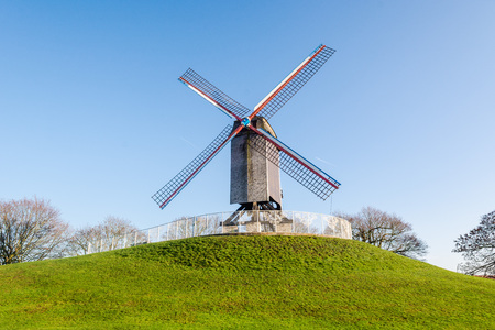 Bonne-Chiremolen windmill on a sunny day with green grass and clear blue sky, Brugge, West Flanders, Belgium Banque d'images