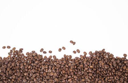 Maqueta de granos de café aislado sobre fondo blanco.