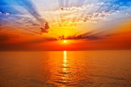 puesta de sol: la salida del sol en el mar