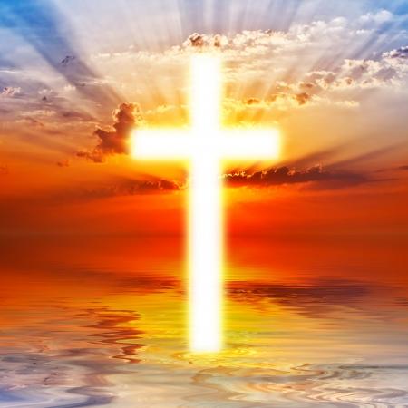 Cruce apareciendo en el cielo del amanecer