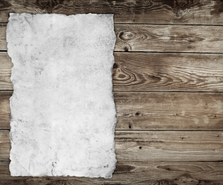 木材の背景に古い紙