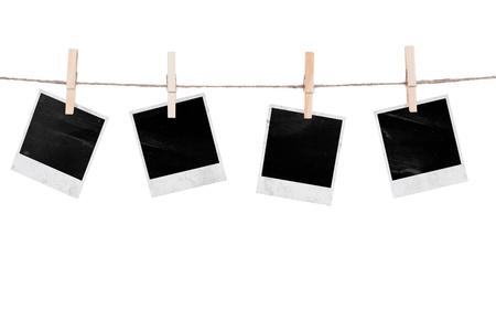 Photo instantanée blanc accrochée à la corde à linge. Isolé sur fond blanc Banque d'images