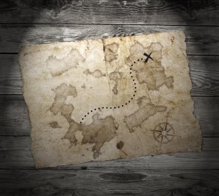 carte trésor: vieille carte au tr?sor, sur le fond grunge bois Banque d'images