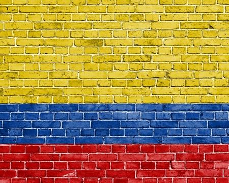 bandera de colombia: Grunge bandera Colombia en la pared de ladrillo Foto de archivo