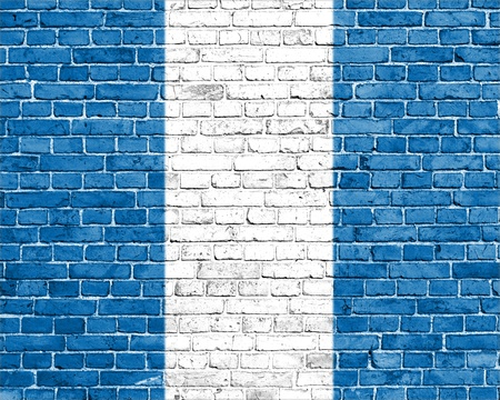 guatemala flag: Grunge bandera Guatemala en la pared de ladrillo