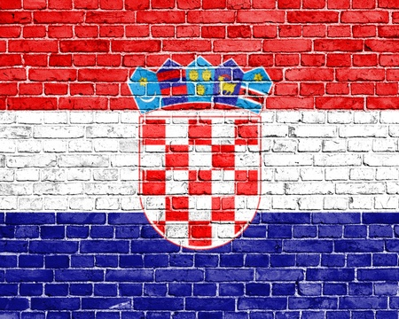 bandera croacia: Grunge bandera de Croacia en la pared de ladrillo Foto de archivo