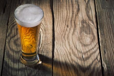Mok bier op houten