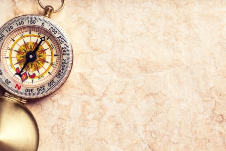 コンパスと古い宝の地図