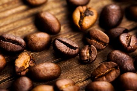 grano de cafe: granos de café sobre fondo de madera