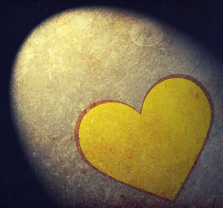cuore giallo: Yellow heart on grunge background