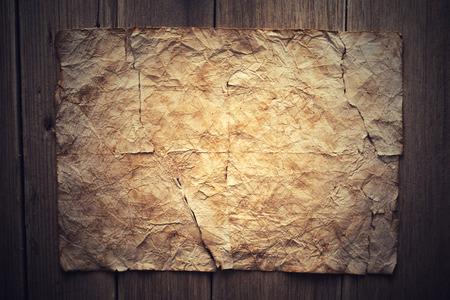 papel velho no fundo de madeira