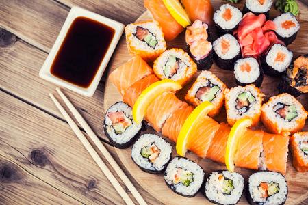 japanese food: Maki Sushi ubicado en el fondo de madera Foto de archivo