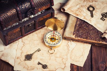 宝箱、コンパス、木製のテーブルの古い地図
