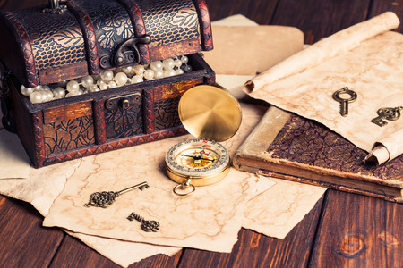 treasure chest, compass and old map on wooden table Фото со стока - 29770249